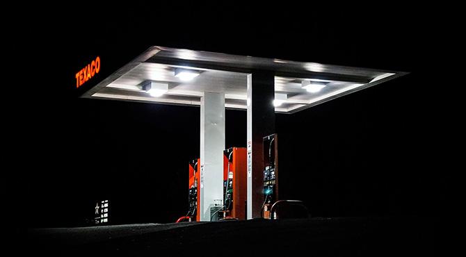 Fotografija benzinske pumpe noću