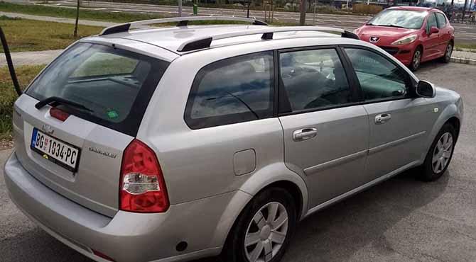 Sivi Chevrolet automobil parkiran