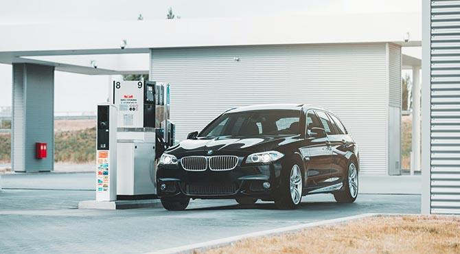Dizel automobil na benzinskoj pumpi