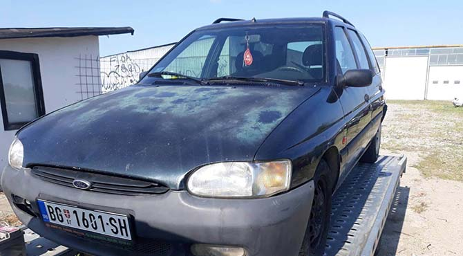 Escort Ford automobil na šlepu