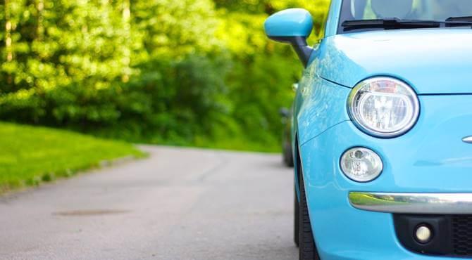 Fiat automobil parkiran pored zelene površine