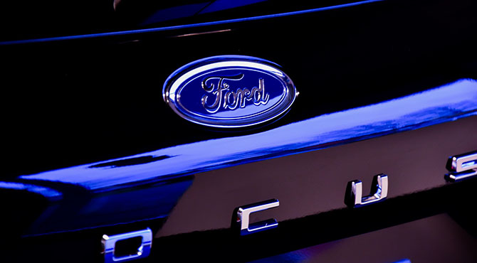 Vizual zadnjeg dela automobila Ford Focus i njegovog logoa