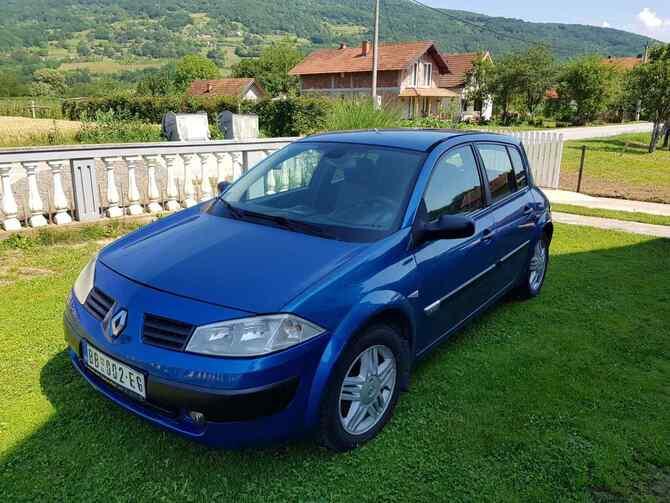 Frontalni prikaz plavog automobila Renault Megane parkiranog u dvorištu
