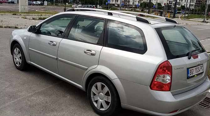 Chevrolet sivi parkiran na parkingu