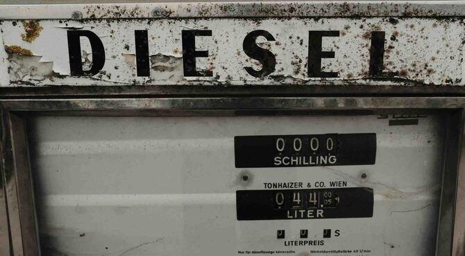 Diesel logotip na rdjavoj pumpi