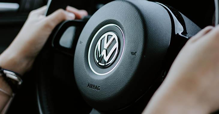 Muškarac koji drži volan Volkswagen automobila