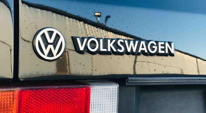 Volkswagen logotip na zgradi