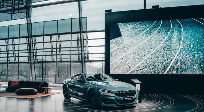 Prikaz sutomobila marke BMW u salonu automobila