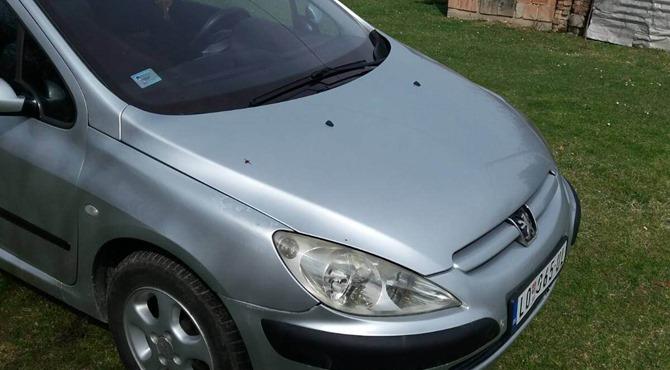 prednji prikaz sivog automobila Peugeot 307, 2005. godište