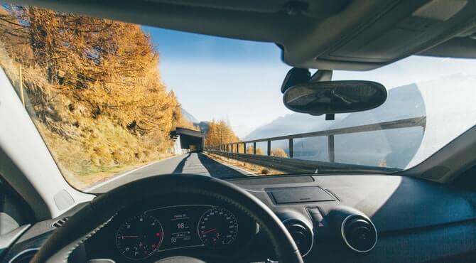 Pogled iz kabine automobila na put