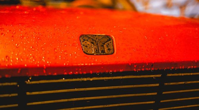 prikaz logoa automobila Zugo 101 na crvenoj haubi