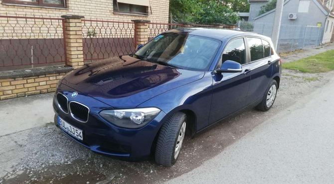 prednji prikaz crnog automobila BMW 118 na parkingu