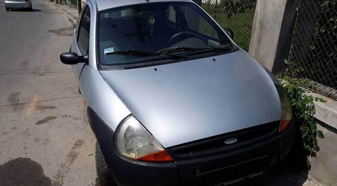 prednji prikaz sivog automobila Ford Ka