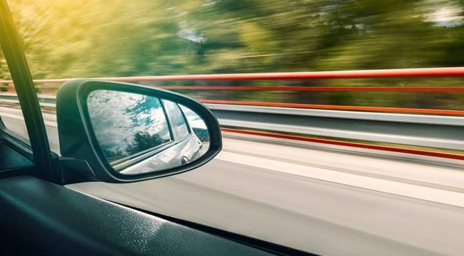 prikaz odraza u bočnom retrovizoru automobila u pokretu