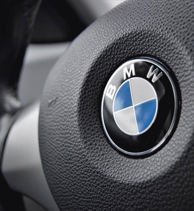 prikaz crnog volana automobila BMW
