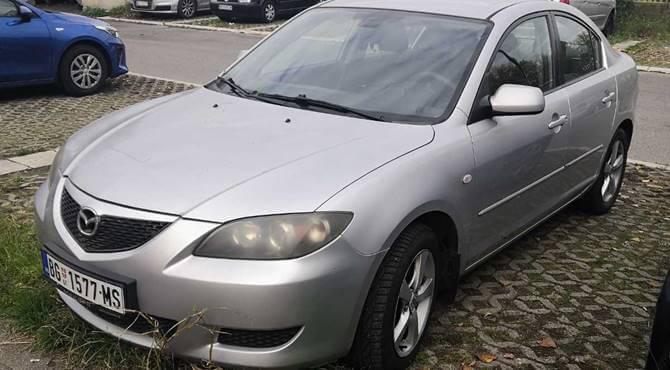 bočni prikaz sivog automobila Mazda 3 Sedan