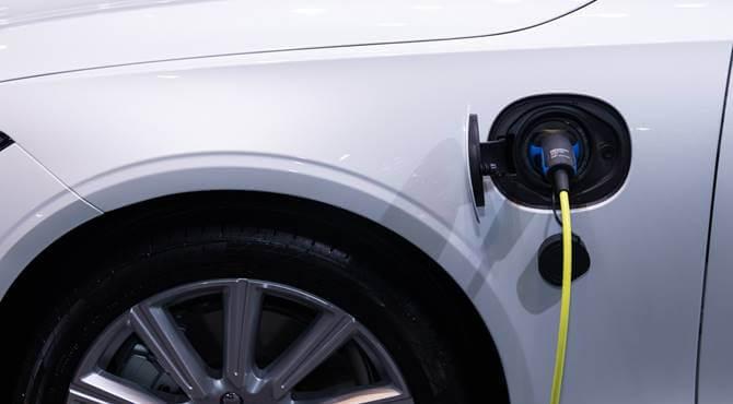 električni automobil na punjenju