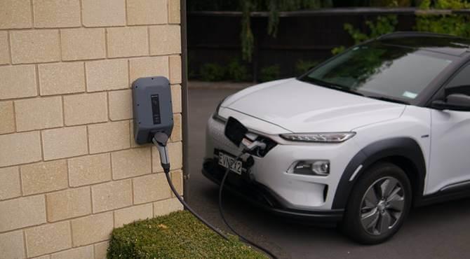 beli automobil na električnoj pumpi
