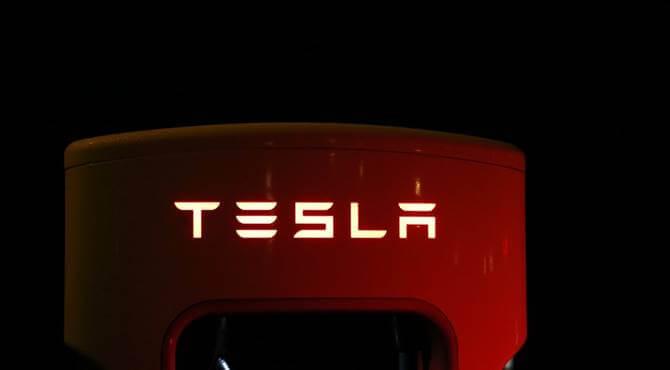 Tesla logo na pumpi
