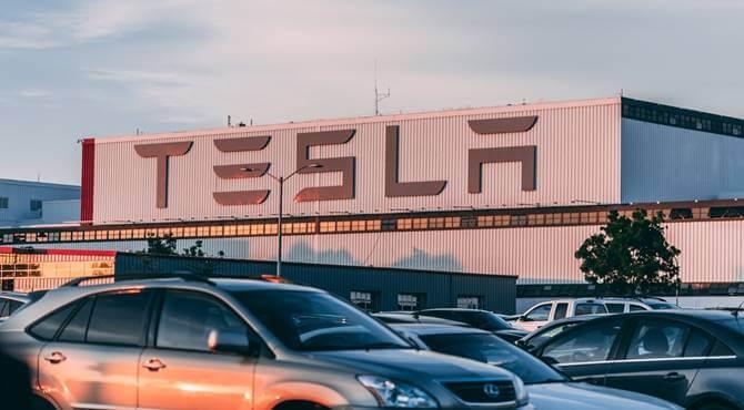 prikaz zgrade sa logoom Tesla