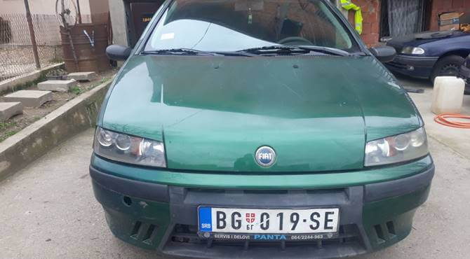 prikaz haube zelenog automobila Fiat Punto