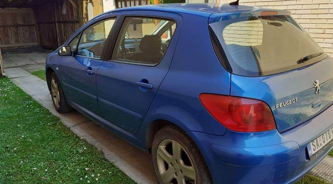 zadnja strana plavog automobila Peugeot 307