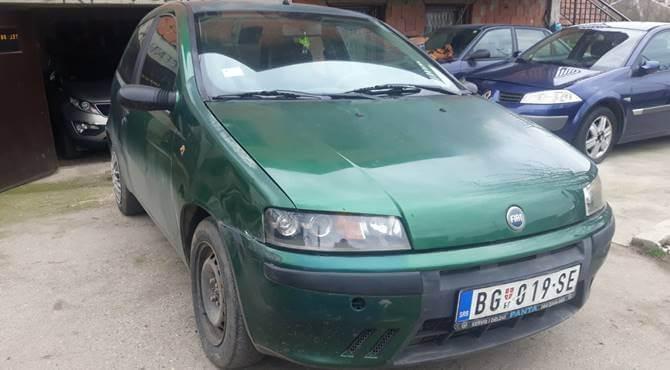 prednji prikaz zelenog automobila Fiat Punto